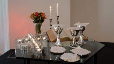 Bordet var dækket med lyskors, bibel og disk/kalk