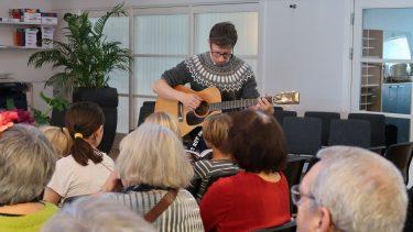 Jakob Damm-Knudsen ledsagede eftermiddagens sange med guitar